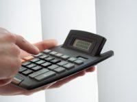 zbliżenie-dłoni-za-pomocą-kalkulatora_1220-58
