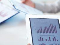 close-up-z-cyfrowym-tablecie-z-wynikami-finansowymi_1098-482
